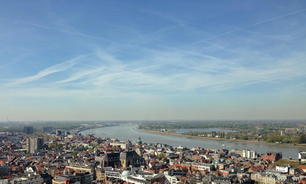 Zicht op de Schelde met centraal in beeld de Sint-Andrieskerk
