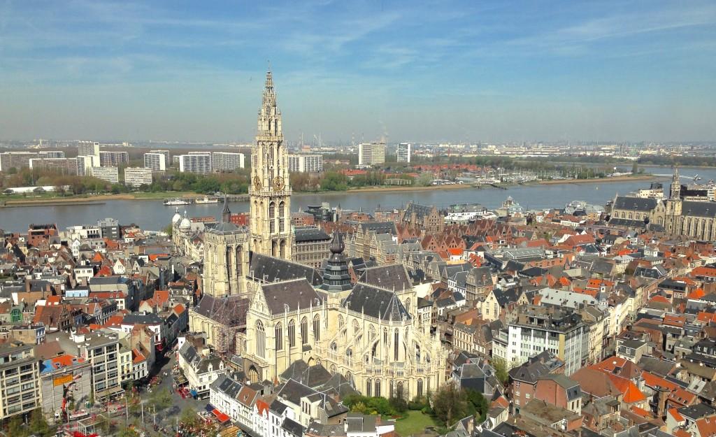 Zicht op de kathedraal van Antwerpen en de Schelde. Rechts van de kathedraal zie je het Vleeshuis, en uiterst rechts staat de Sint-Pauluskerk. In de verte zie je de koeltorens van Doel. Foto werd genomen van op het panorama in de KBC Boerentoren.