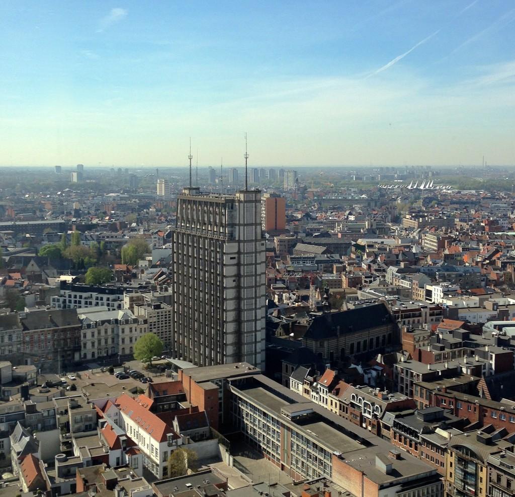 """Politietoren """"Den Oudaan"""" met rechts ernaast de Sint-Augustinuskerk en verderop het nieuwe justitiepaleis op de achtergrond"""