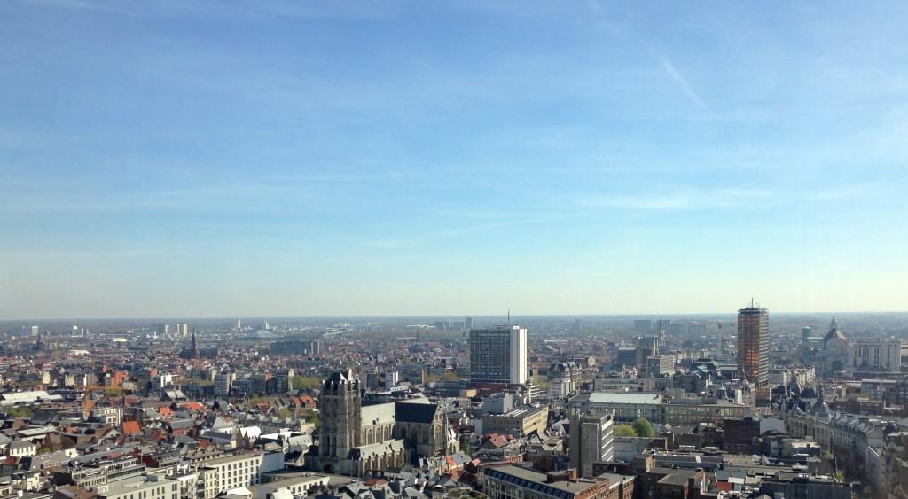 Van links naar rechts Sint-Antonius en het Sportpaleis (beide in de verte), Sint-Jacobskerk, Theater Building, Antwerp Tower en uiterst rechts Antwerpen-Centraal